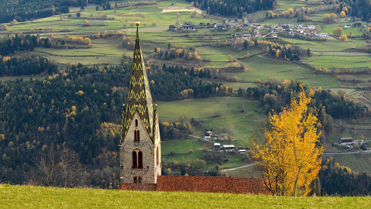 albero_giallo_tetto_campanile_chiesa_villandro_dreamstime_danciaba