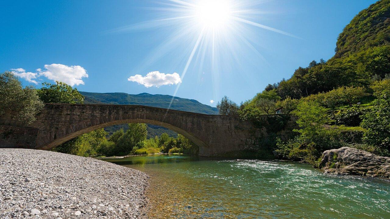Brücke mit Fluss in Dro
