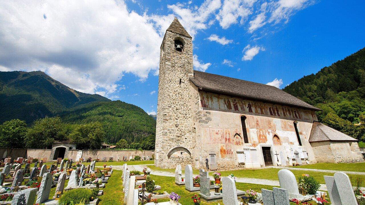 chiesa_cimitero_pinzolo_depositphotos