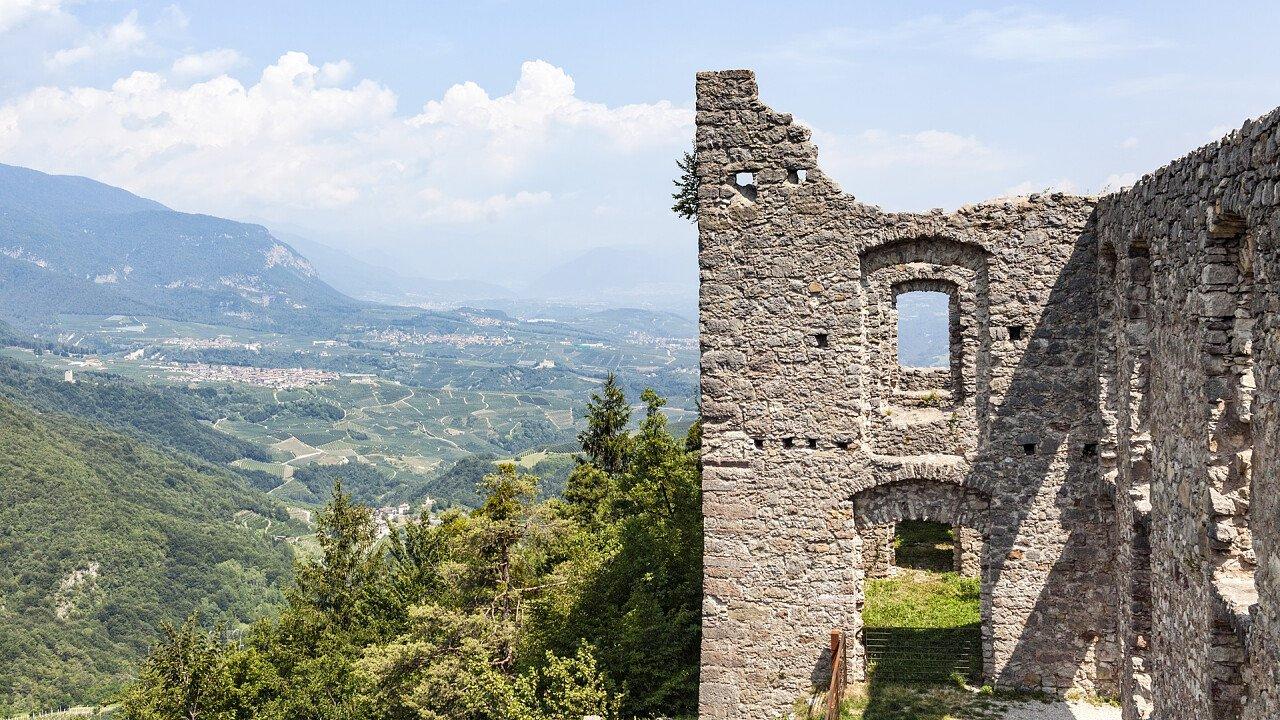 castello_belfort_spormaggiore_dreamstime_photoflorenzo