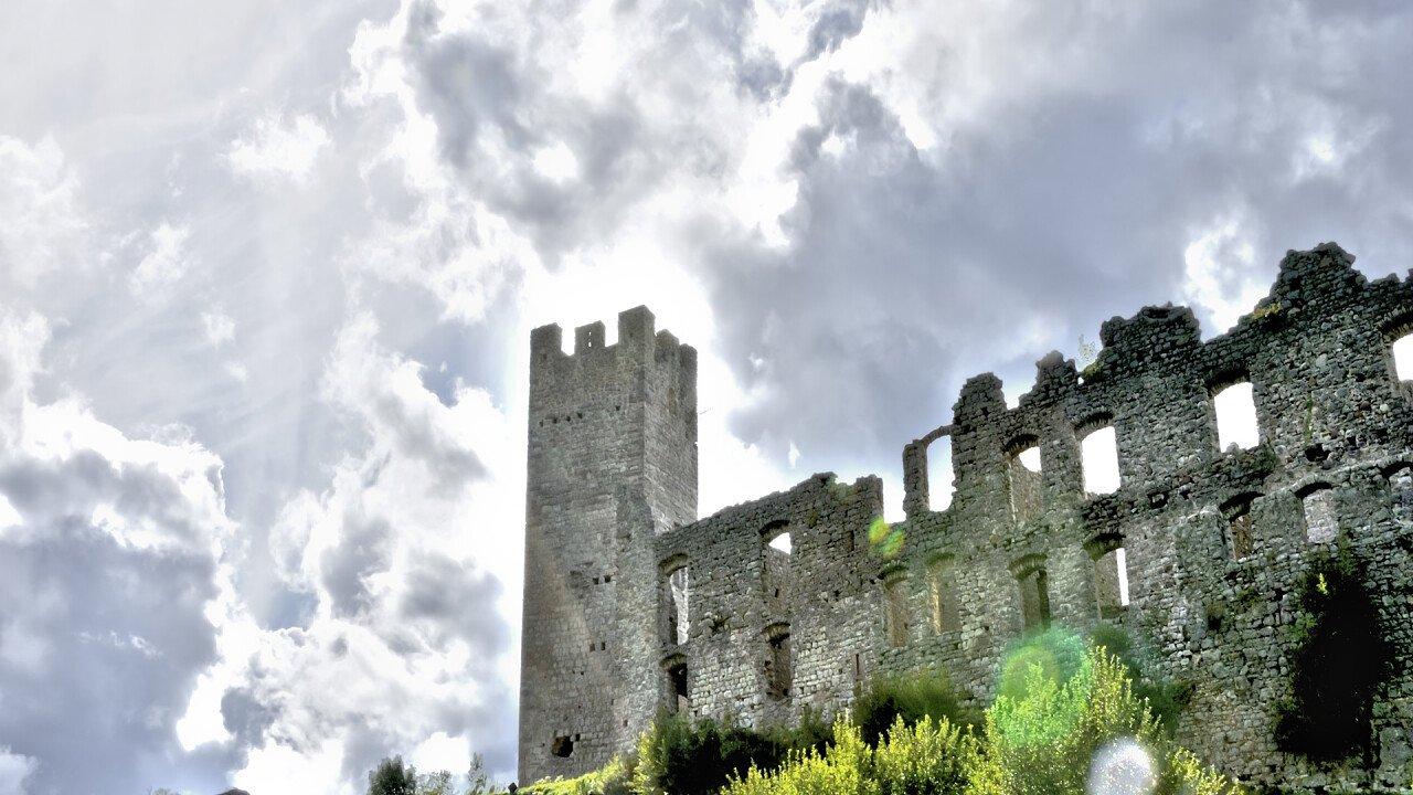 rovine_castello_belfort_spormaggiore_dreamstime_themaxx23