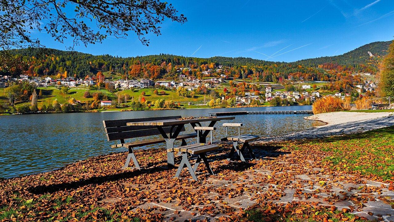 autunno_panchina_lago_baselga_di_pine_shutterstock