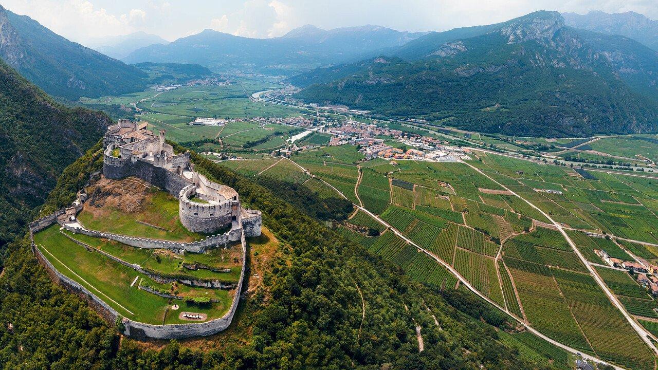 panoramica_castello_e_besenello_dreamstime_serhii_nemyrivskyi