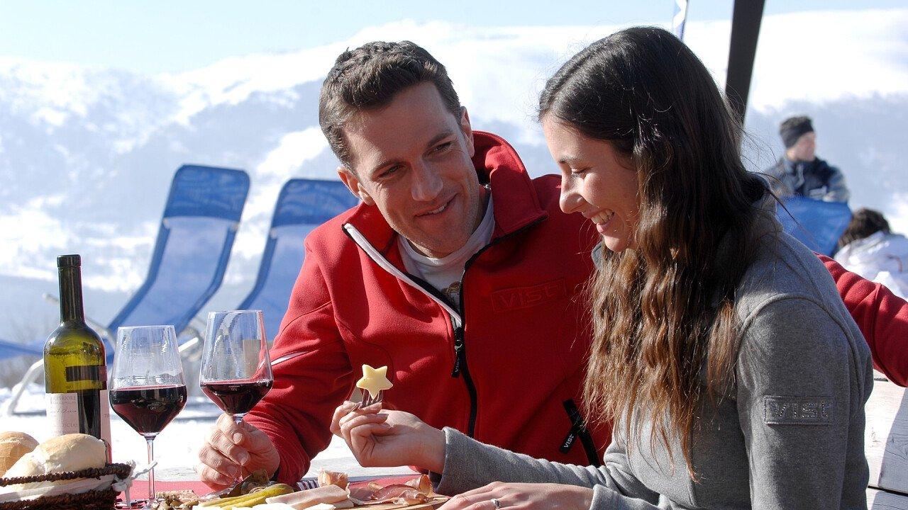 coppia_cibo_inverno_altopiano_brentonico_azienda_per_il_turismo_rovereto_e_vallagarina_carlo_baroni