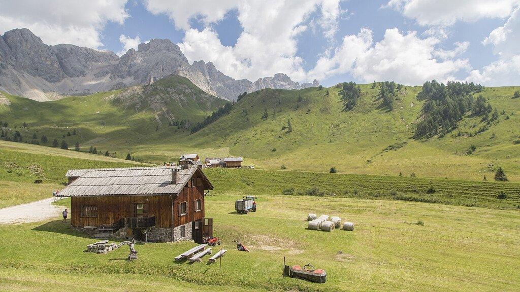 Passo San Pellegrino: Sonnepisten und historische Wanderwege - cover