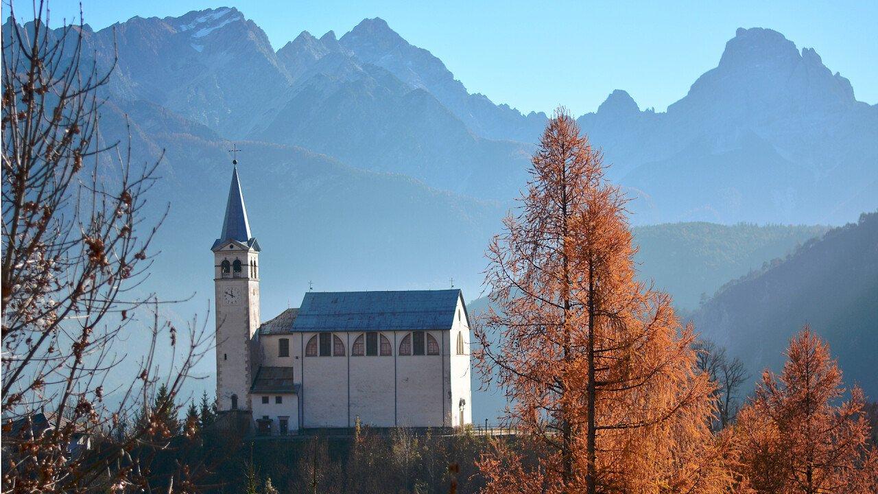 San Martino Kirche in Valle di Cadore im Herbst