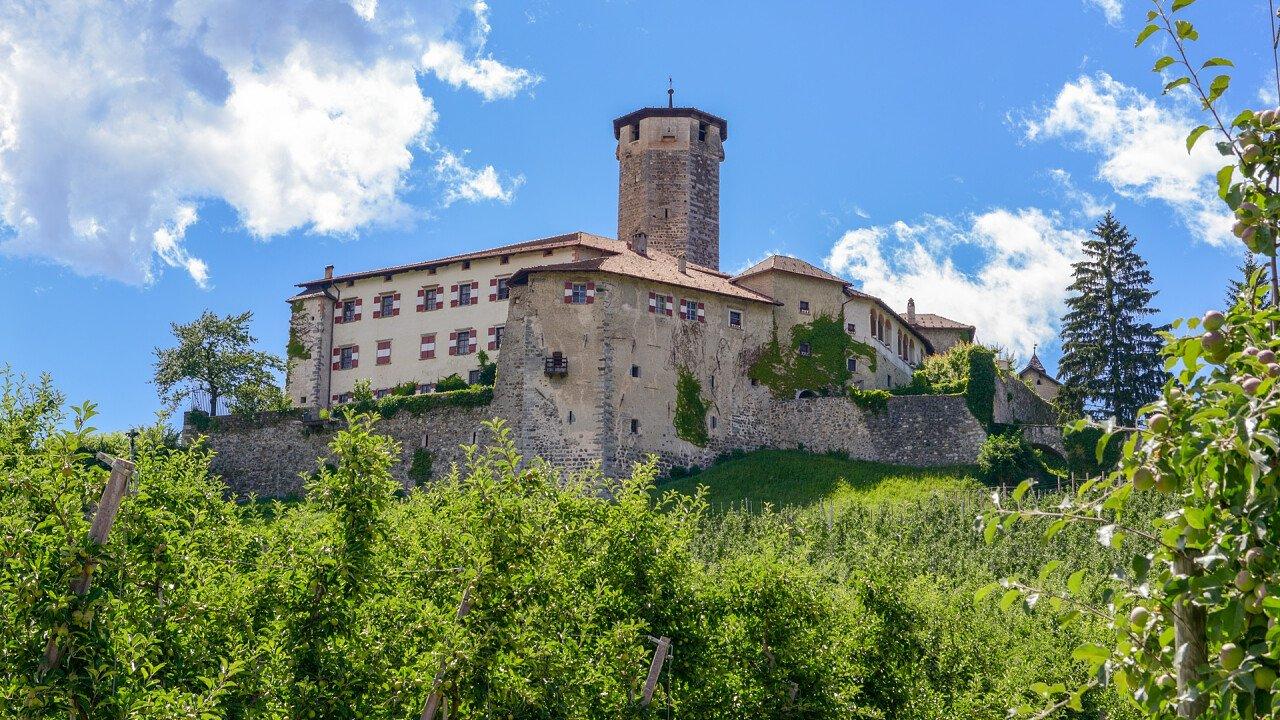 valer_castle_tassullo_dreamstime_stefano_ember