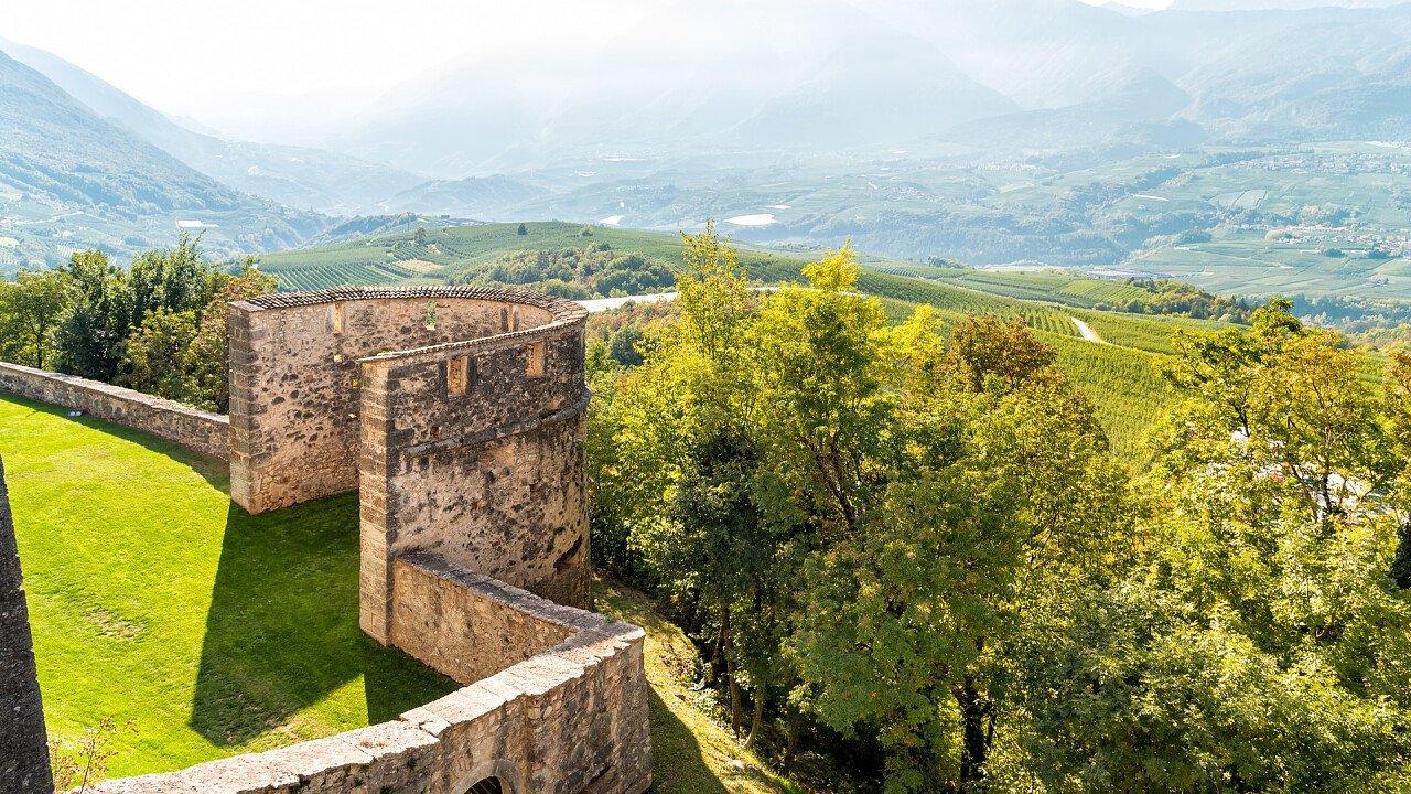 mura_castello_thun_ton_dreamstime_ellesi