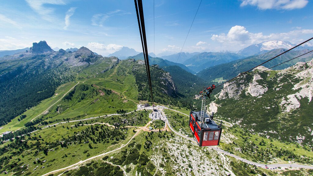 Cortina d'Ampezzo e il Passo Giau per le vacanze in montagna - cover