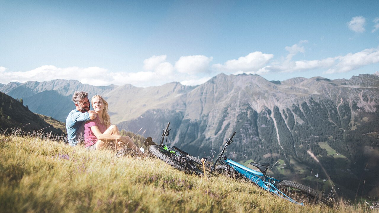 coppia_estate_montagna_associazione_turistica_racines_TVratschings_KOTTERSTEGER