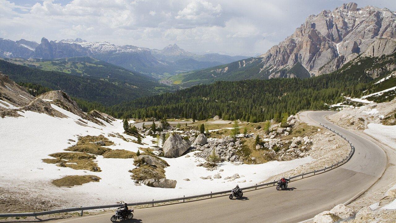 Girare in moto tra le Dolomiti della Val di Fassa