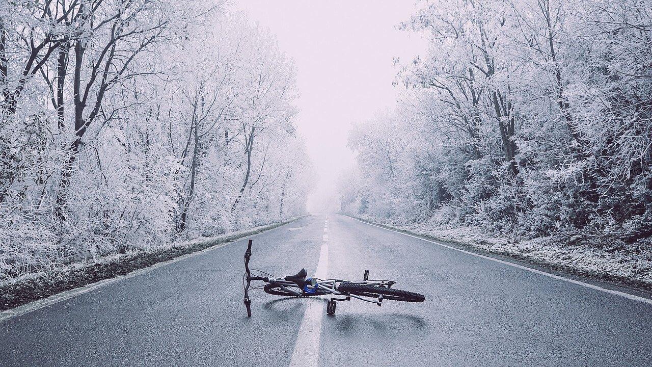 Fahrrad mitten auf der Straße im Winter