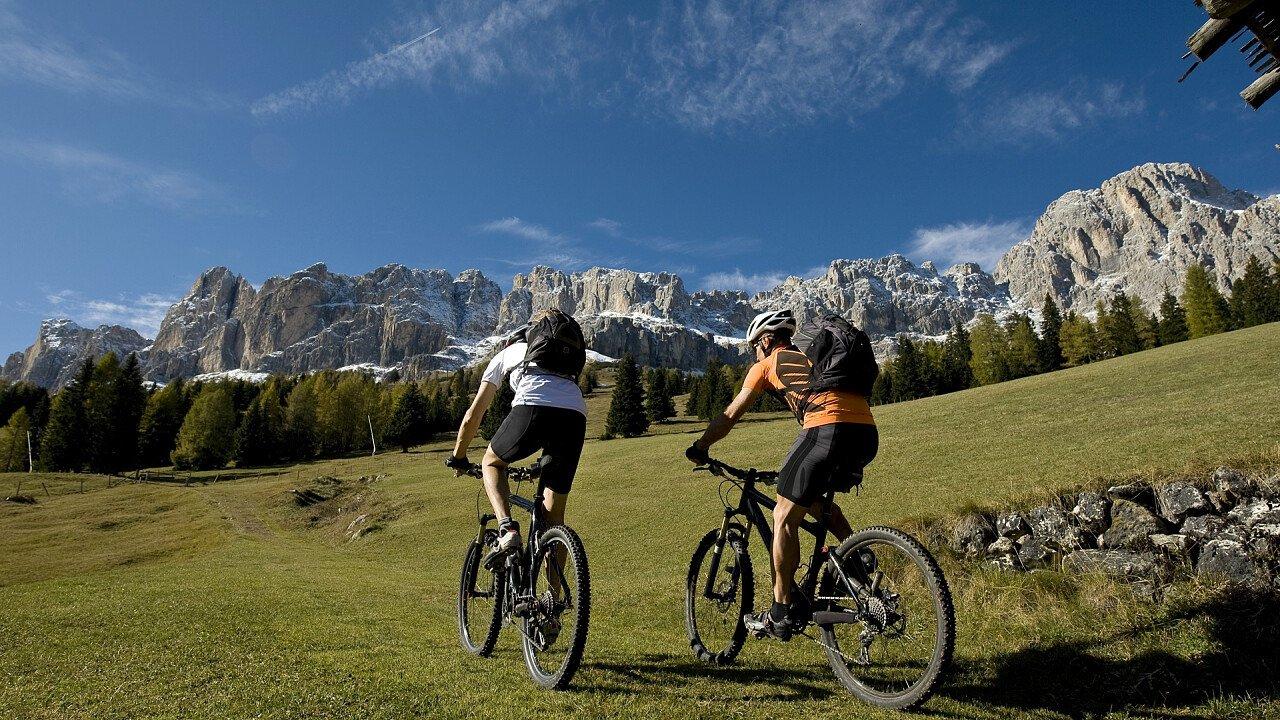 Coppia in MTB sulle Dolomiti