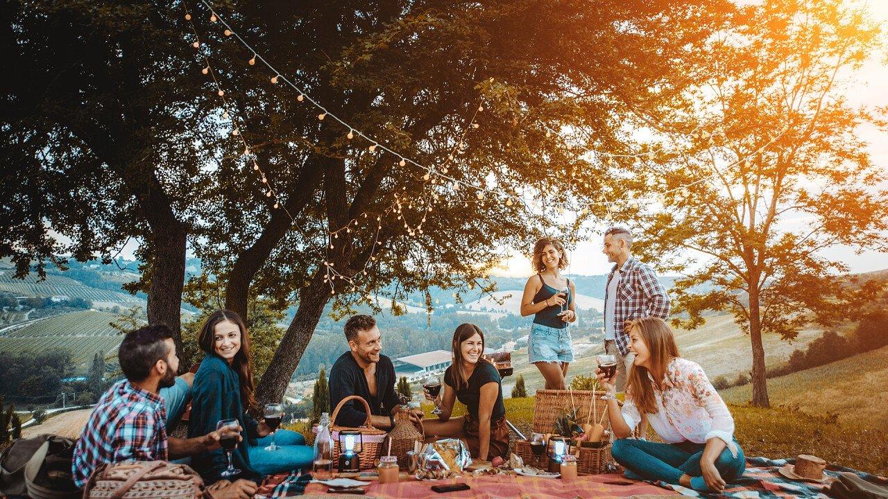 Gruppo di amici per il picnic in montagna