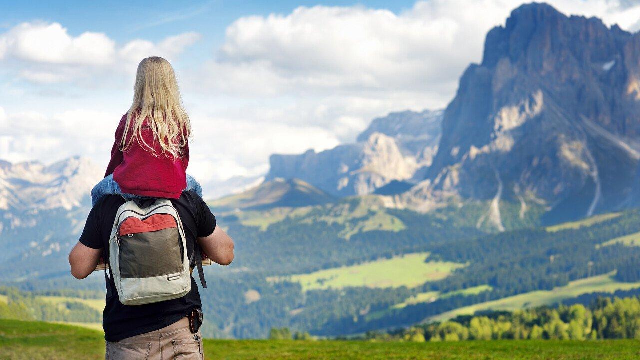 Papà con la bimba in spalla sulle Dolomiti