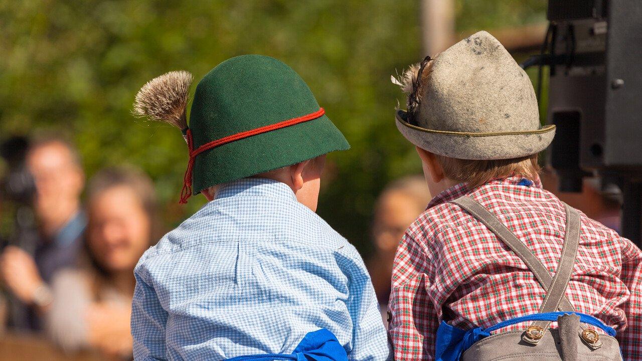 bambini_vestiti_tipici_tradizioni_locali_shutterstock