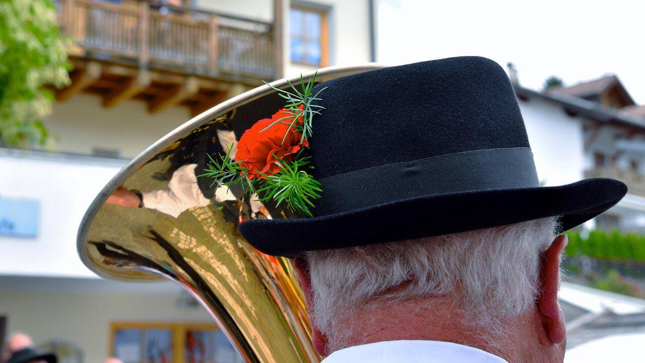 dettagli_vestiti_banda_musicale_tradizioni_locali_shutterstock