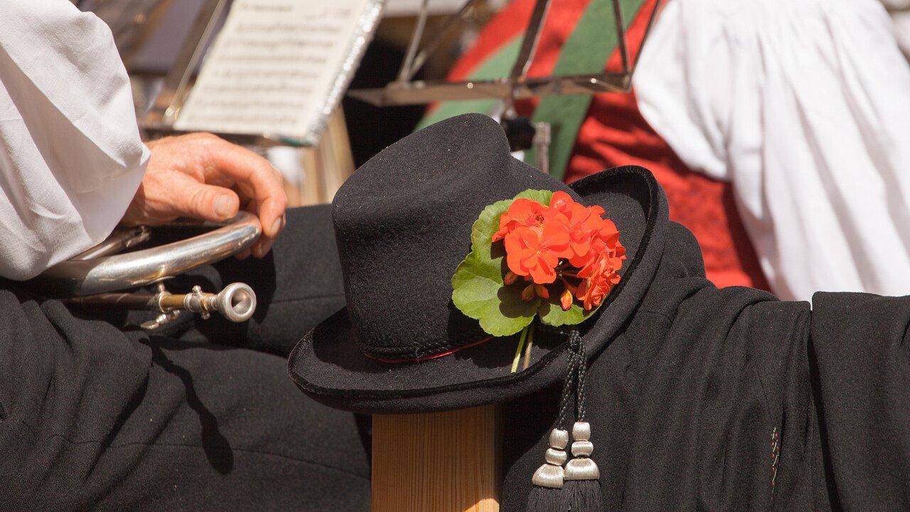 fiore_cappello_banda_musicale_tradizioni_locali_shutterstock