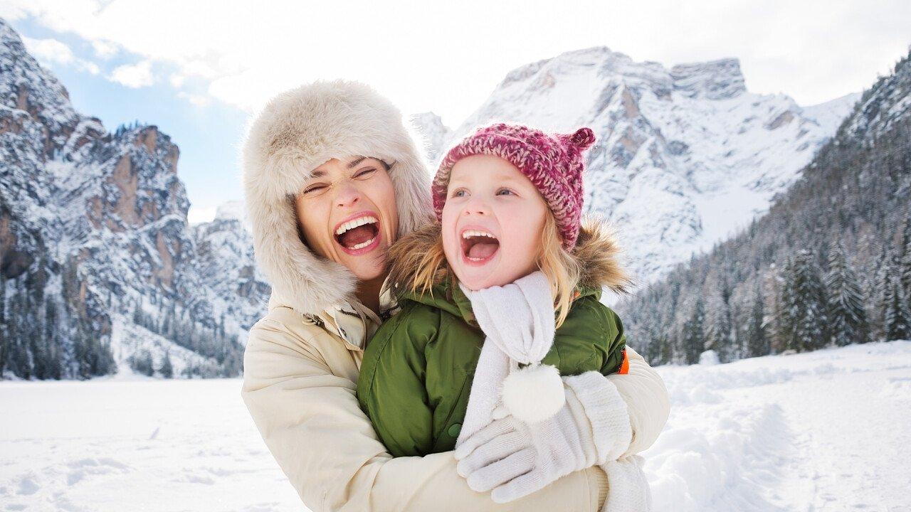 mamma_figlia_montagna_inverno_depositphotos