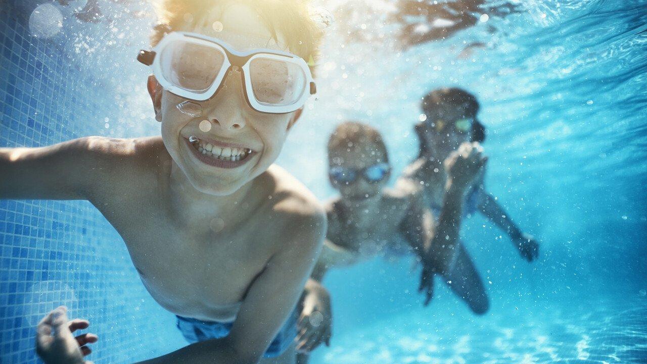 bambi_gioco_in_piscina_iStock