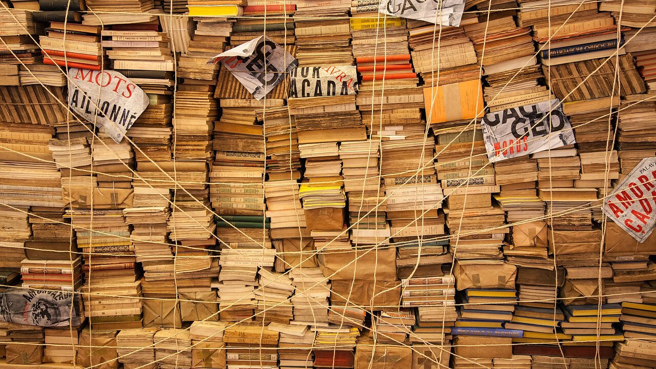 parete_di_libri_vecchi_pixabay_dimhou