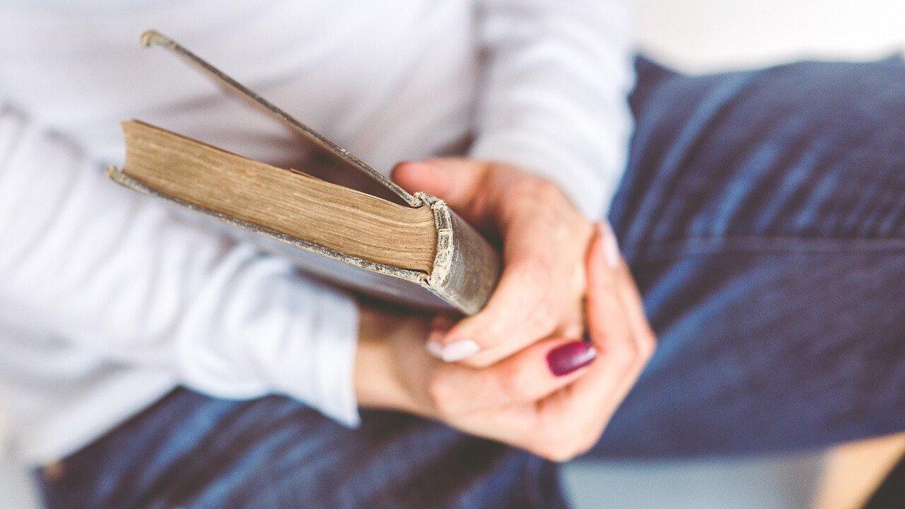 persona_tiene_in_mano_libro_pixabay_stocksnap