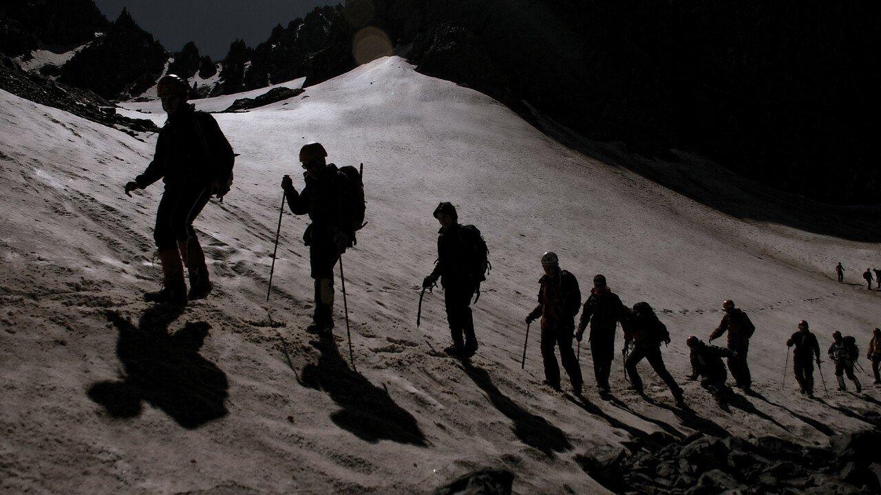 gruppo_escursione_notturna_sci_alpinismo_pixabay_aatlas