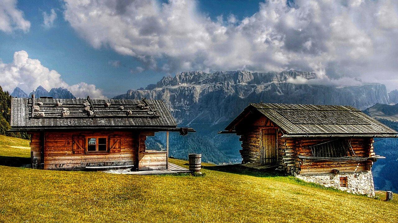 case_tabia_vista_monte_sella_dolomiti_architettura_alpina_pixabay_kordi_vahle