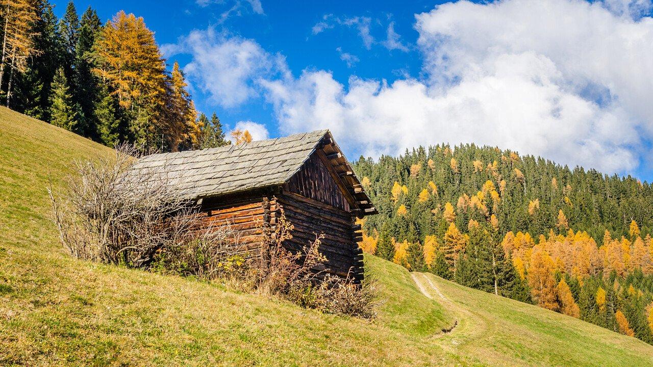 tabia_tipico_montagna_architettura_alpina_depositphotos