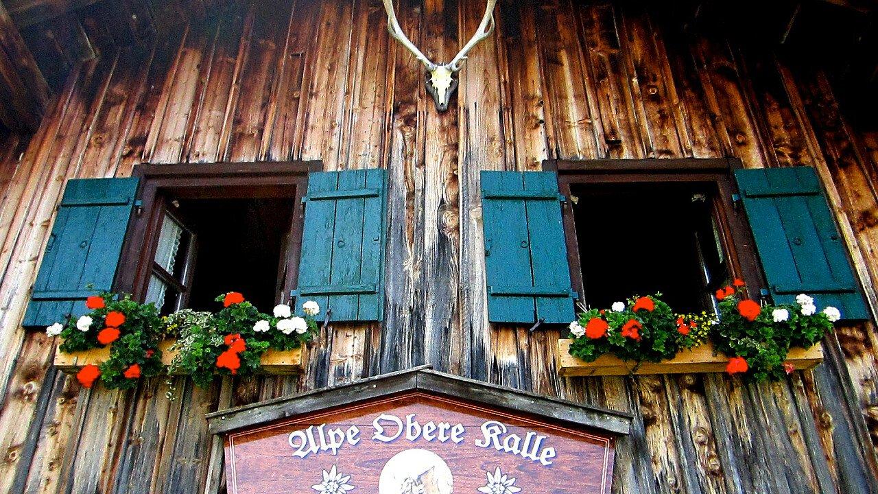casa_legno_architettura_alpina_pixabay_moerschy