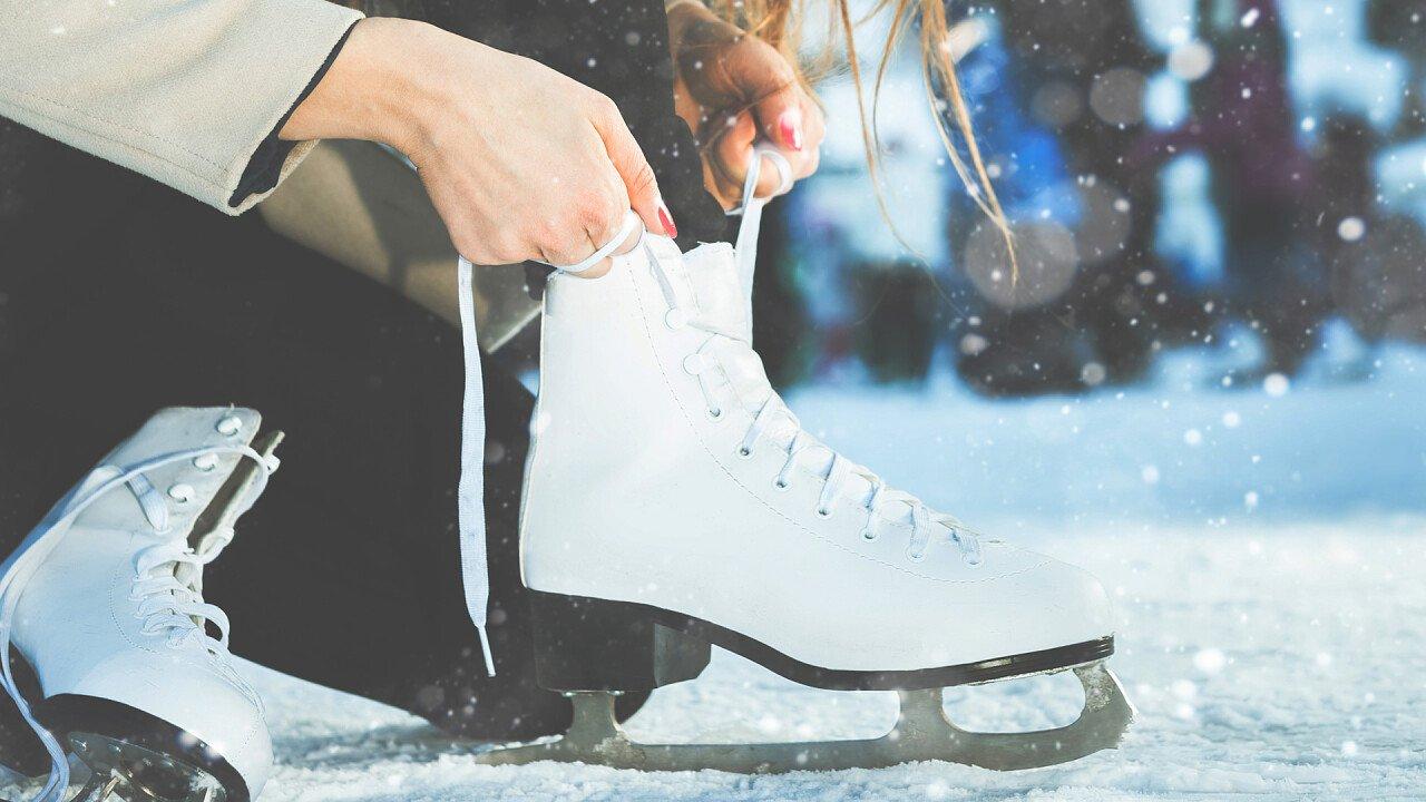 donna_indossa_pattini_ghiaccio_iStock
