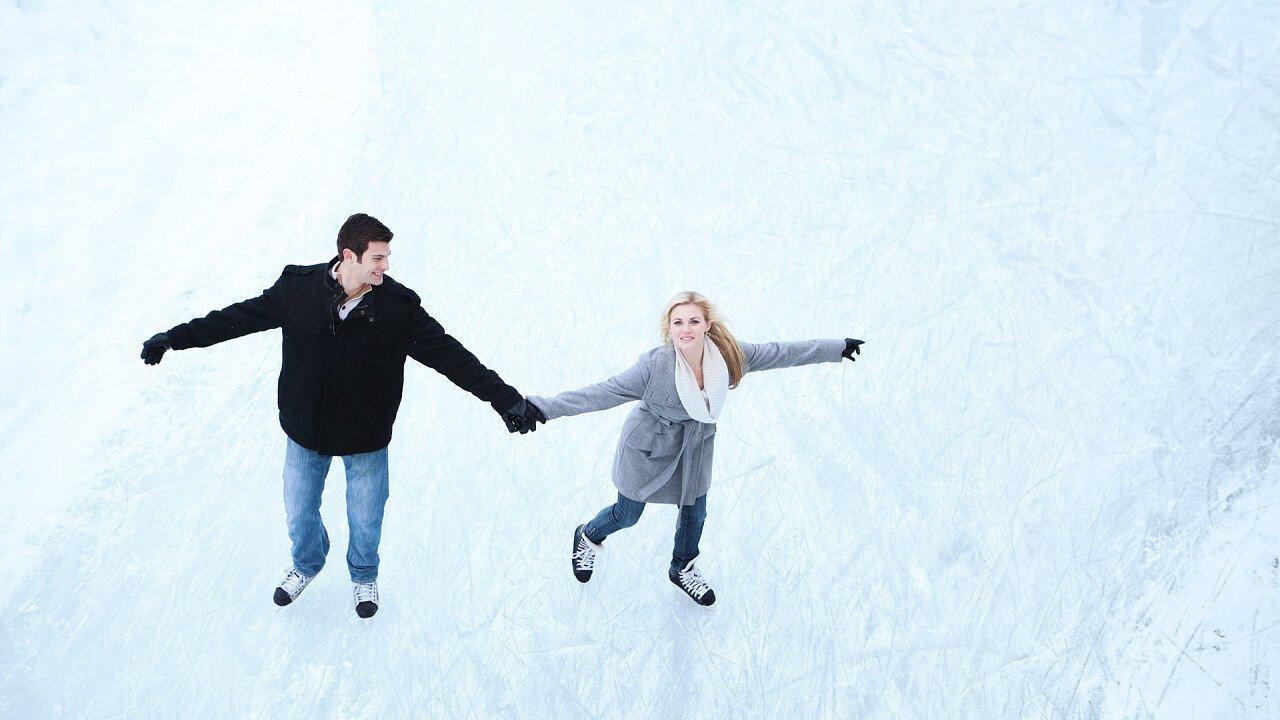 coppia_innamorati_pattinaggio_ghiaccio_iStock