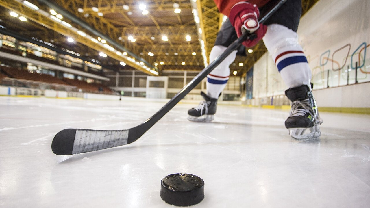 giocare_hockey_su_ghiaccio_iStock