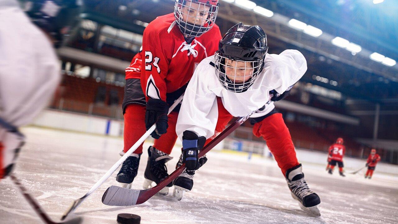 bambini_giocano_hockey_iStock