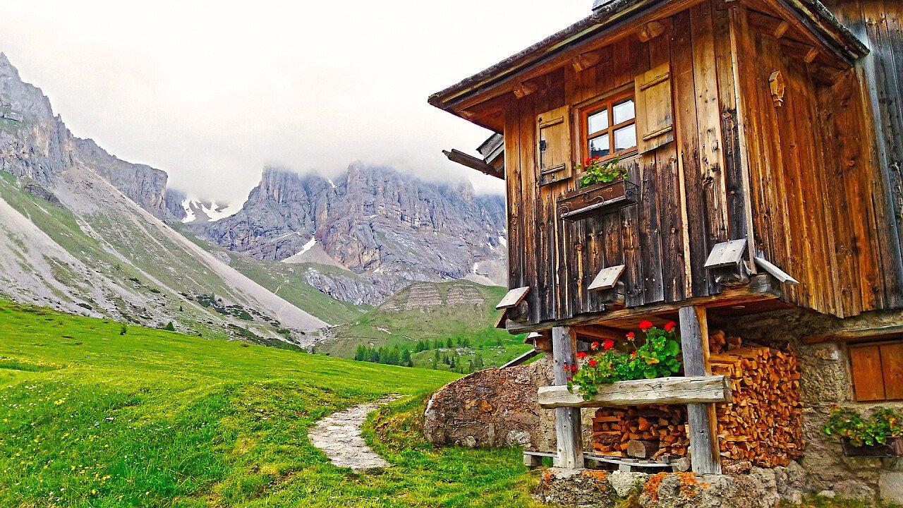 lodge_di_montagna_legna_fiori_architettura_alpina_pixabay_antelao