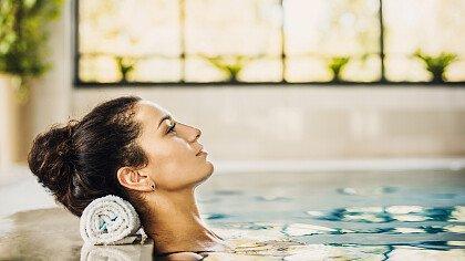 donna_piscina_relax_depositphotos
