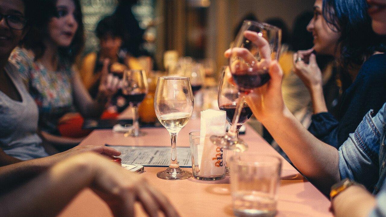 tavolo_persone_bicchiere_vino_StockSnap