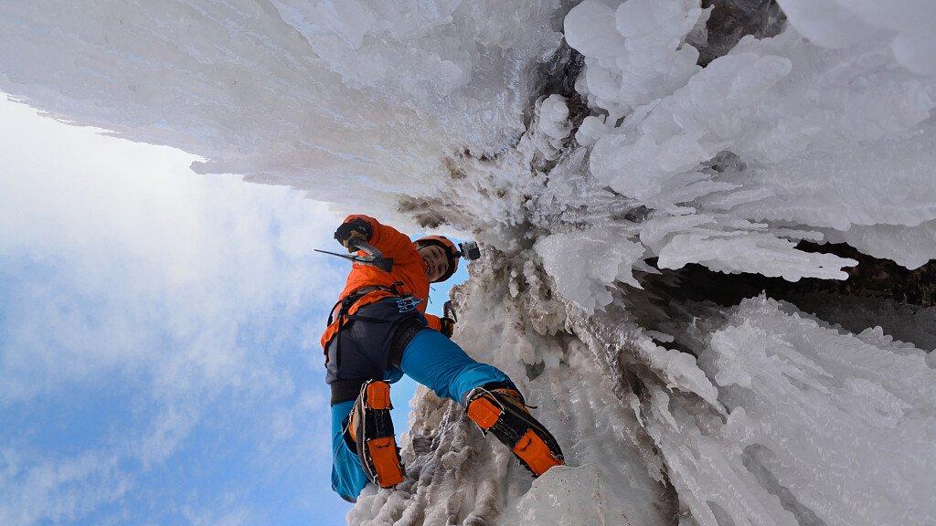 Eisklettern in den gefrorenen Wasserfall der Dolomiten - cover