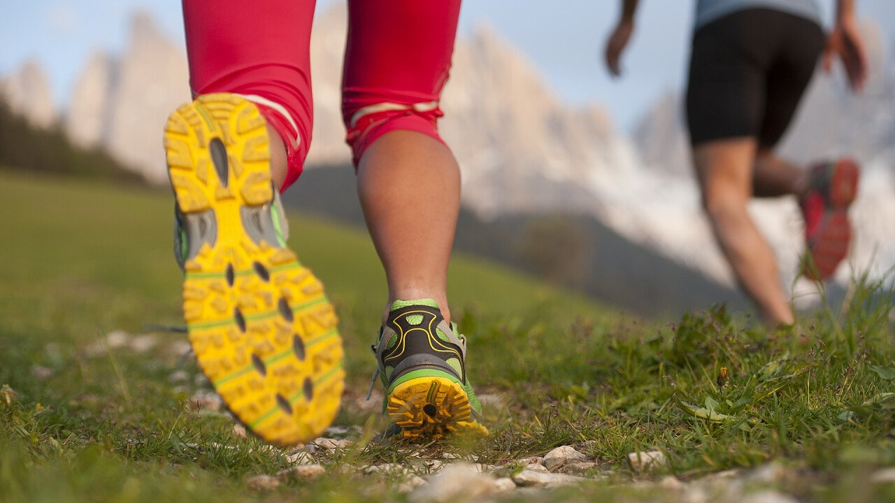 dettaglio_scarpe_corsa_in_montagna_shutterstock