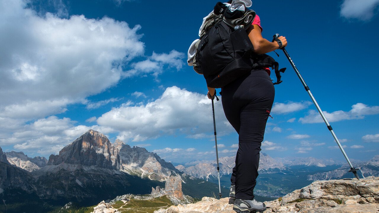 donna_trekking_panorama_dolomiti_depositphotos