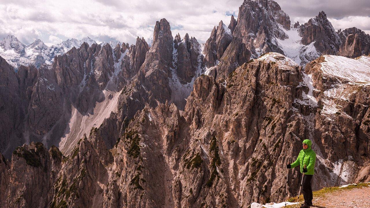 trekking_cadini_di_misurina_visti_da_rifugio_auronzo_depositphotos