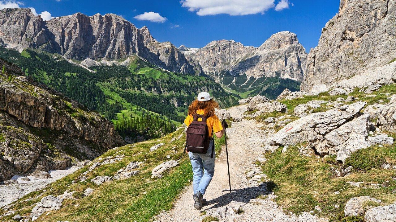 donna_trekking_dolomiti_depositphotos