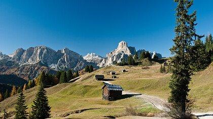 camminare_in_montagna_iStock