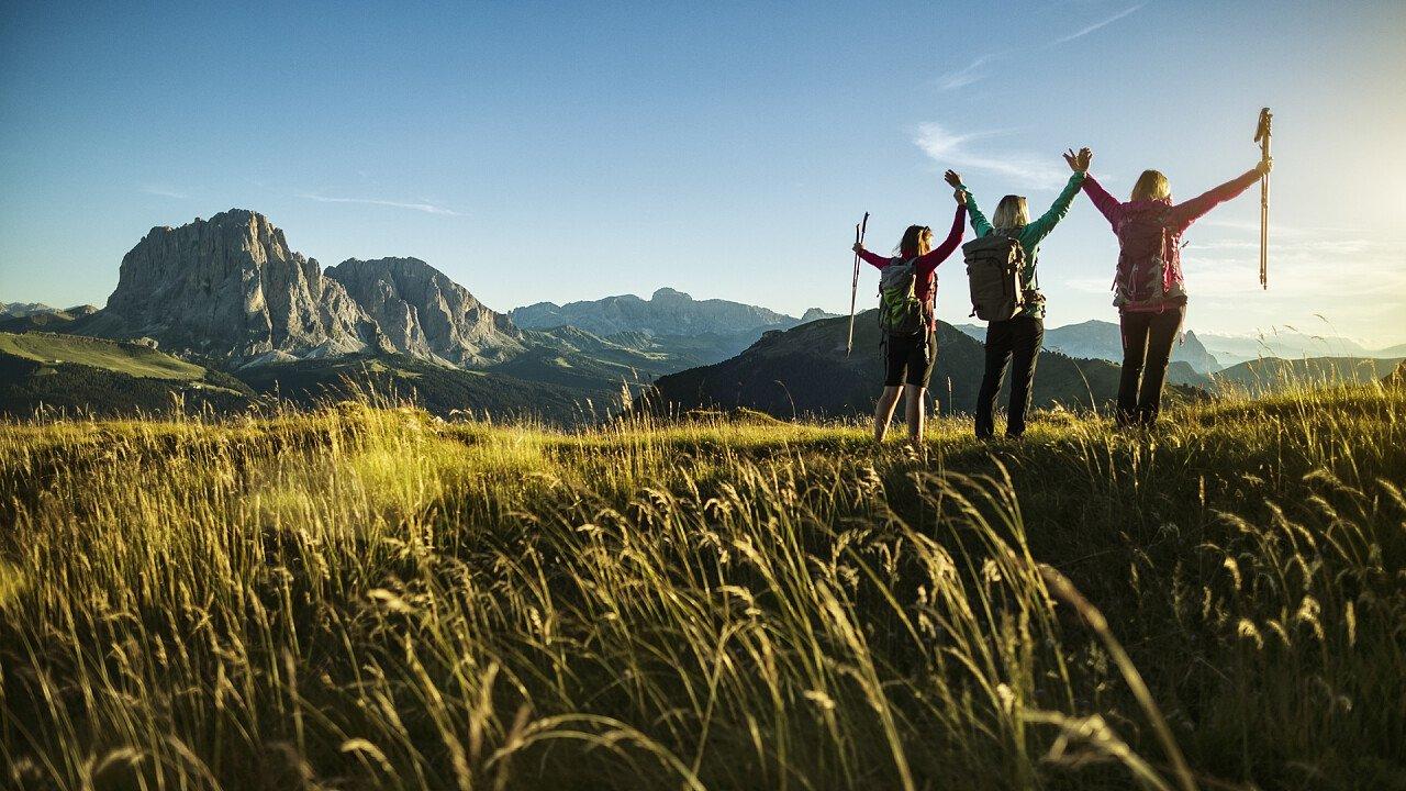 amici_felici_camminata_montagna_iStock