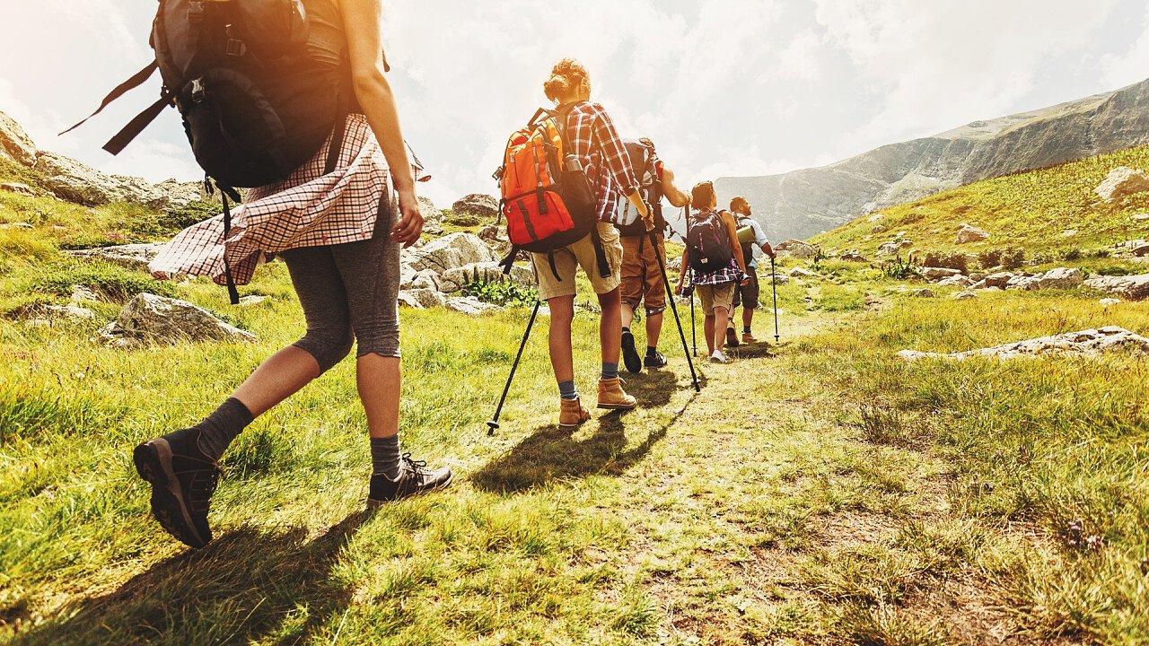gruppo_adulti_camminata_alta_via_iStock