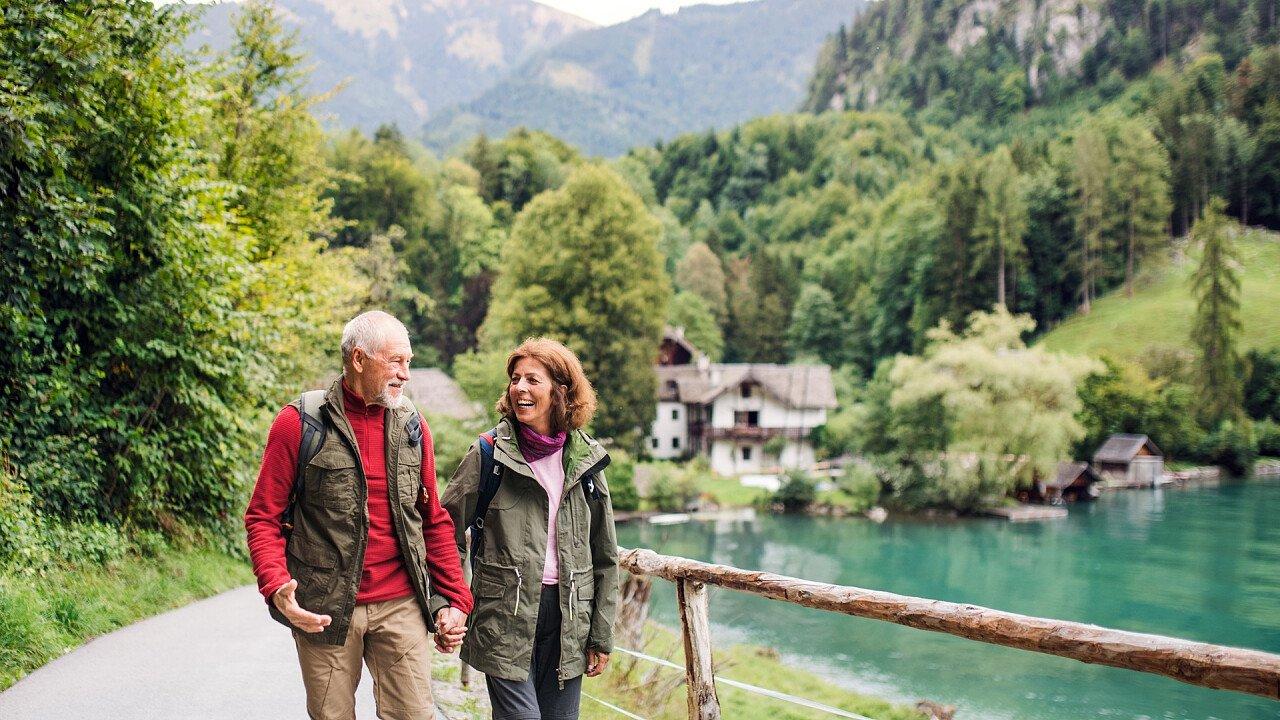 coppia_anziani_lago_escursione_shutterstock