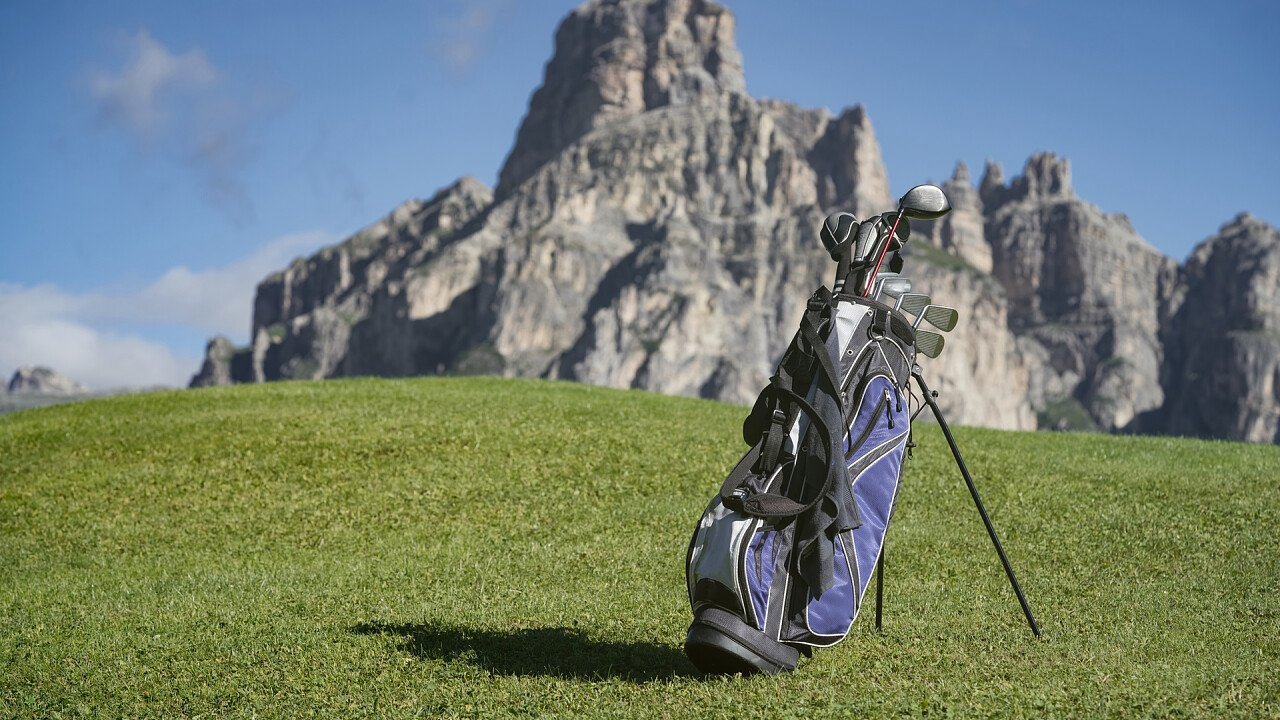 mazze_campo_golf_dolomiti_shutterstock