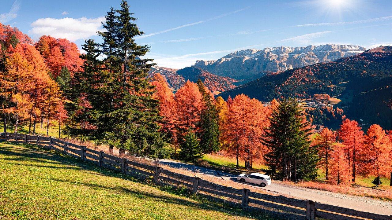 Autos im Herbst auf den Strassen der Dolomiten
