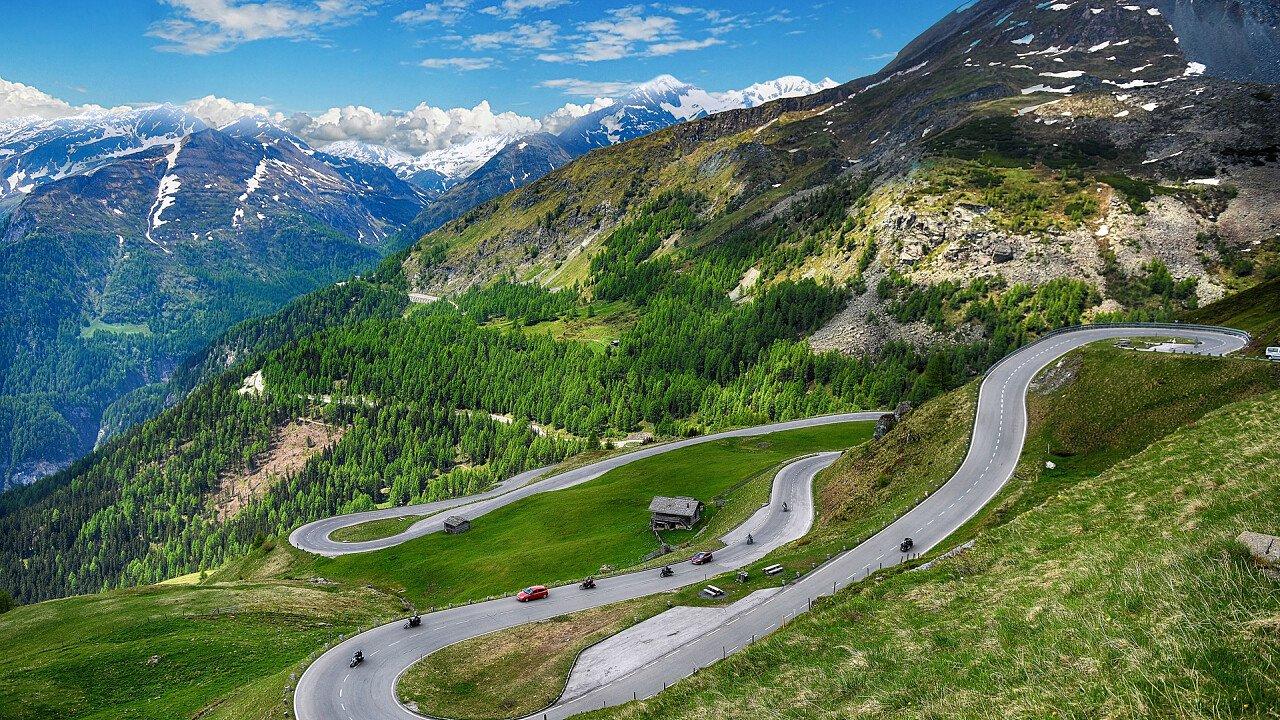 Auto sui passi delle Dolomiti