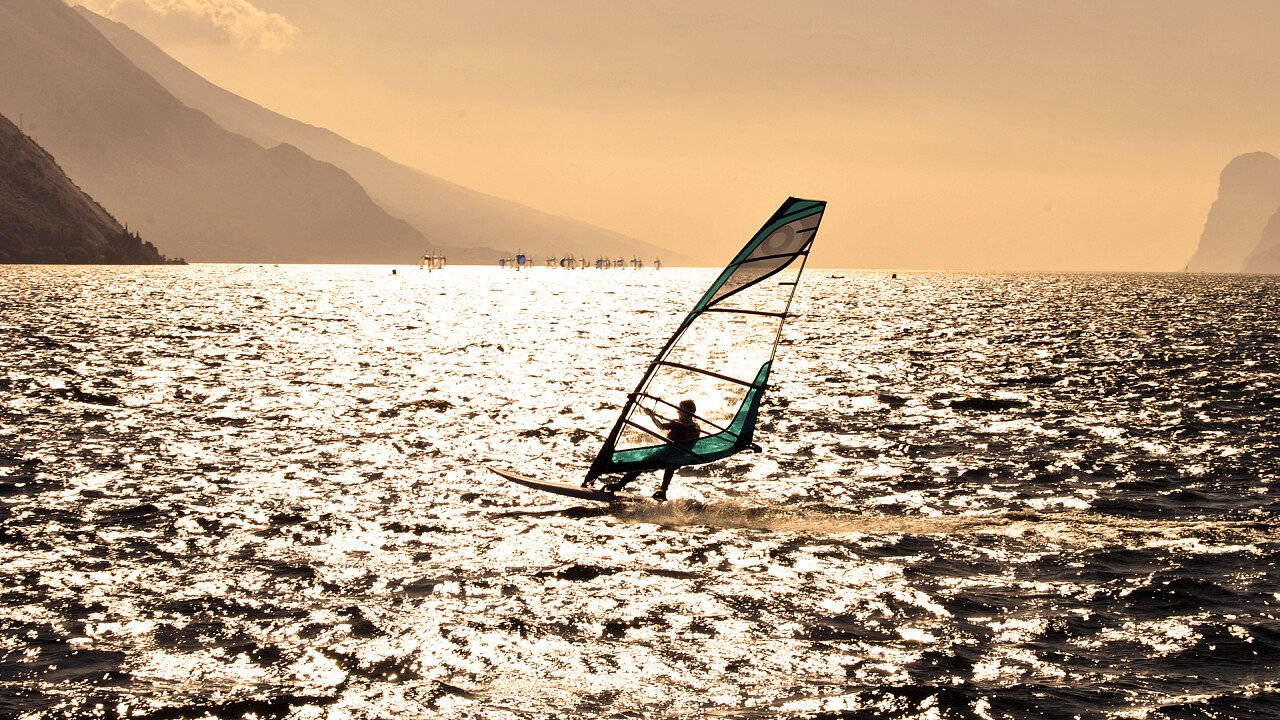 lago_windsurf_shutterstock